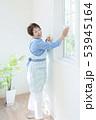 窓拭きをする笑顔のシニア女性 53945164