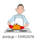 料理をする男性。 53952076