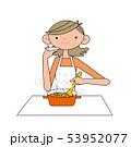 料理をする女性。 53952077
