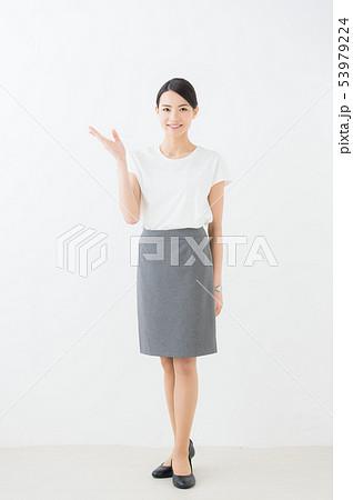 ビジネス 20代女性(白背景) 53979224