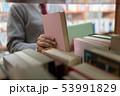 図書館 若い女性 本の写真 53991829