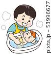 赤ちゃんを沐浴させる父親 53996677