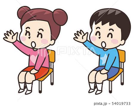 挙手する小学生の男女 54019733