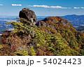 妙義山の紅葉の山並みとパラグライダー 54024423