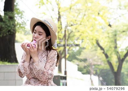 핑크색 오카리나 불고 있는 여성 54079296