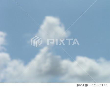 梅雨の晴れ間の青空と白い雲 54096132