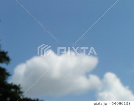 梅雨の晴れ間の青空と白い雲 54096133