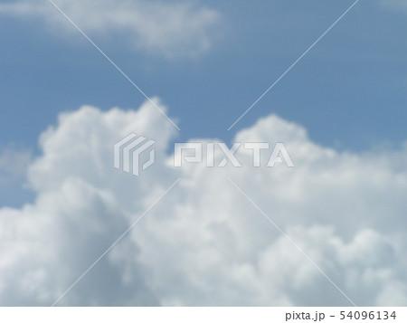 梅雨の晴れ間の青空と白い雲 54096134