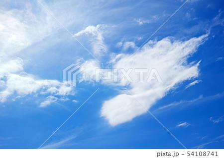 青空に白い雲の模様 54108741