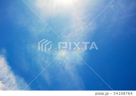 青空に白い雲と日暈 54108764