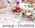 お正月飾りを作る女性 54108828