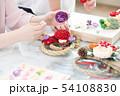 お正月飾りを作る女性 54108830