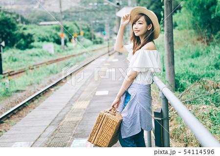 田舎の駅で電車を待つ女性 54114596