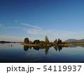 湖に浮かぶ美しい島 54119937
