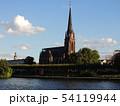 川の畔に立つヨーロッパの塔 54119944