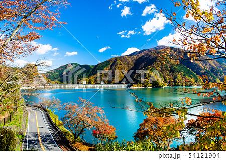 東京 奥多摩 紅葉の小河内ダム いこいの道からの眺望 54121904
