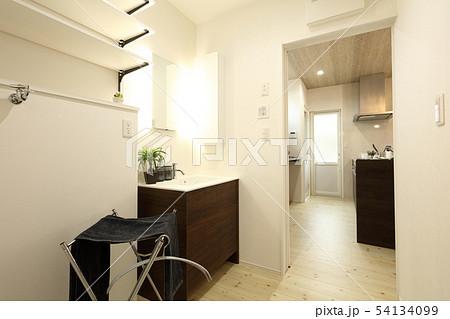 デザイナーズハウス お洒落な洗面脱衣室と浴室 54134099