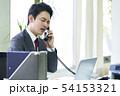 電話をするビジネスマン 54153321