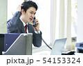 電話をするビジネスマン 54153324