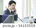 電話をするビジネスマン 54153559