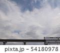 白いモノレールに曇り空 54180978
