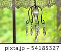 室内の窓から見た庭の新緑、アンティークなインテリア 54185327