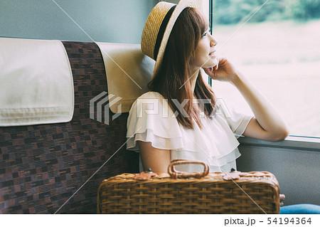 若い女性の旅行イメージ 54194364