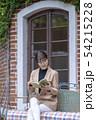 忙しい合間をぬって本を読み幅広い教養を身に着ける仕事ができる美人女性 54215228