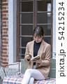思考力やコミュニケーション能力や基本的な品性を身につけ他人の土俵で相撲をとれるように読書する女性 54215234