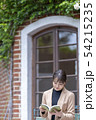幅広い教養や人間としての品性を読書によって磨く一流の女性ビジネスパーソン 54215235