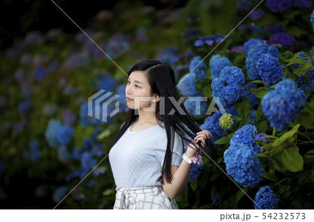 兵庫県西宮市の夙川公園の紫陽花を背景にしている黒髪ロングヘアーの若い女性 54232573