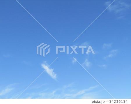 夏空の青い空に白い雲 54236154