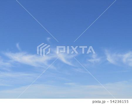 夏空の青い空に白い雲 54236155