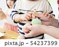 保育園 幼稚園 保育士 園児 お絵かき 54237399