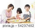 保育園 幼稚園 保育士 園児 お絵かき 54237402