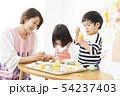 保育園 幼稚園 保育士 園児 お絵かき 54237403