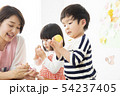 保育園 幼稚園 保育士 園児 お絵かき 54237405