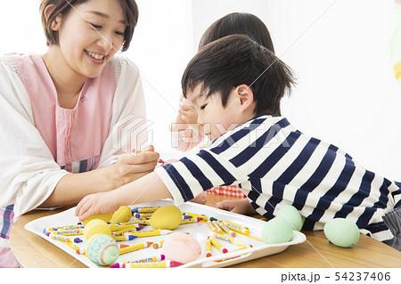 保育園 幼稚園 保育士 園児 お絵かき 54237406
