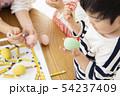 保育園 幼稚園 保育士 園児 お絵かき 54237409