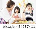 保育園 幼稚園 保育士 園児 お絵かき 54237411