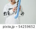 白背景に小学生の男の子がハーモニカを持って演奏している 54259652