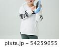 白背景に小学生の男の子がハーモニカを持って演奏している 54259655