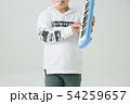 白背景に小学生の男の子がハーモニカを持って演奏している 54259657
