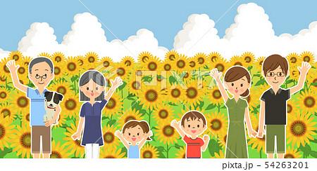 並んで手を振る三世代家族とペット ひまわり畑  54263201