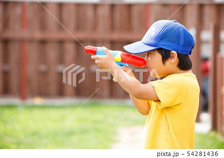 子供 男の子 庭 遊び 水鉄砲 54281436