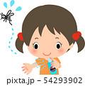 虫除けスプレーを使う女の子と逃げる蚊 54293902