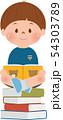 本の上で本を読む男の子 54303789