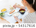 若い女性(食事) 54317616