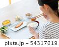 若い女性(食事) 54317619