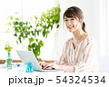 女性 ノートパソコン 操作の写真 54324534